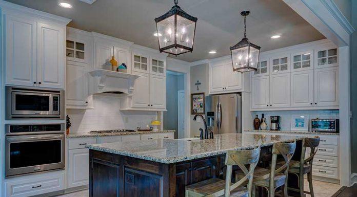 Cómo combinar los diferentes colores en los muebles de cocina